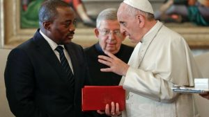 Quand le Souverain Pontife « Abandonne » aussi le Peuple : Parti-pris ou Erreur d'Interprétation